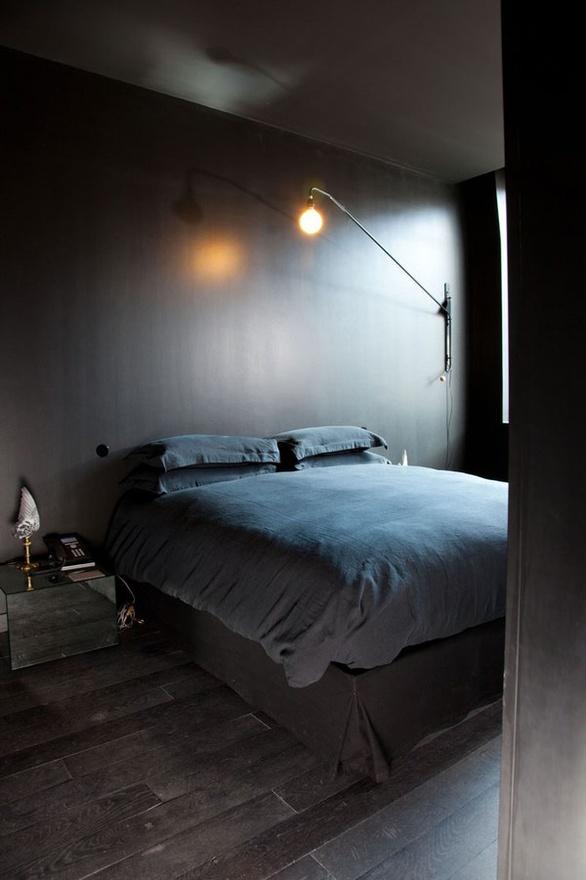 Une chambre décorée en noir