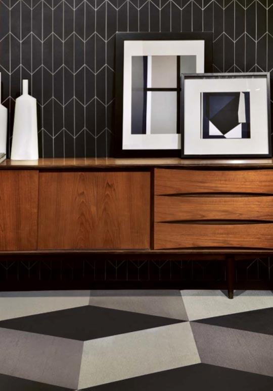 Enfilade en bois et tableaux et motifs géométriques