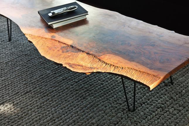 Table basse en bois de récupération, pièce phare de l'appartement