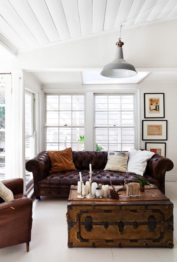 Canapé Chesterfield, fauteuil Club et malle de voyage vintage