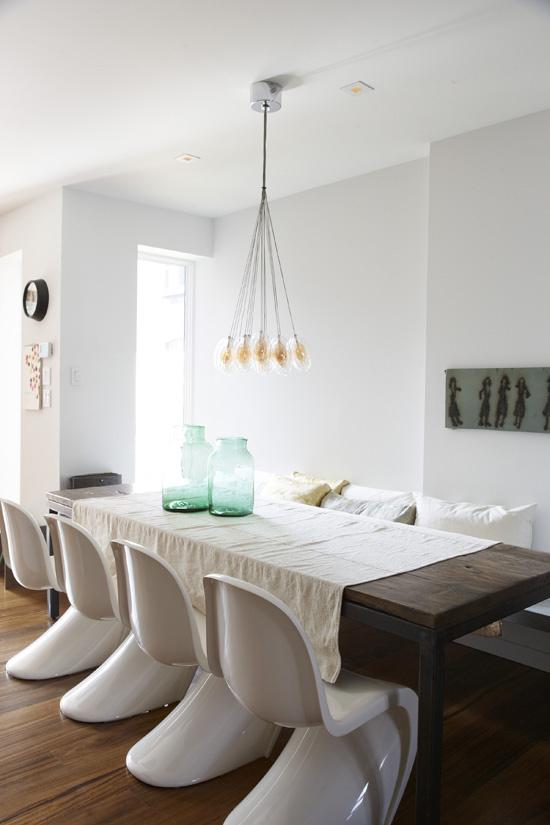 Salle à manger avec des Panton Chair blanches laquées