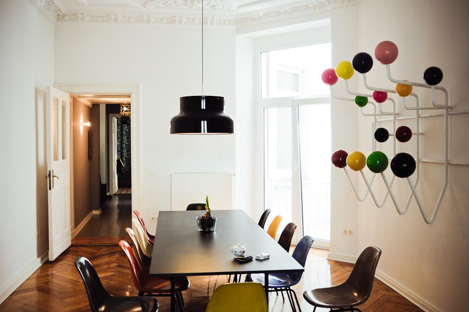 Salle à manger avec des chaises et un porte-manteaux Eames