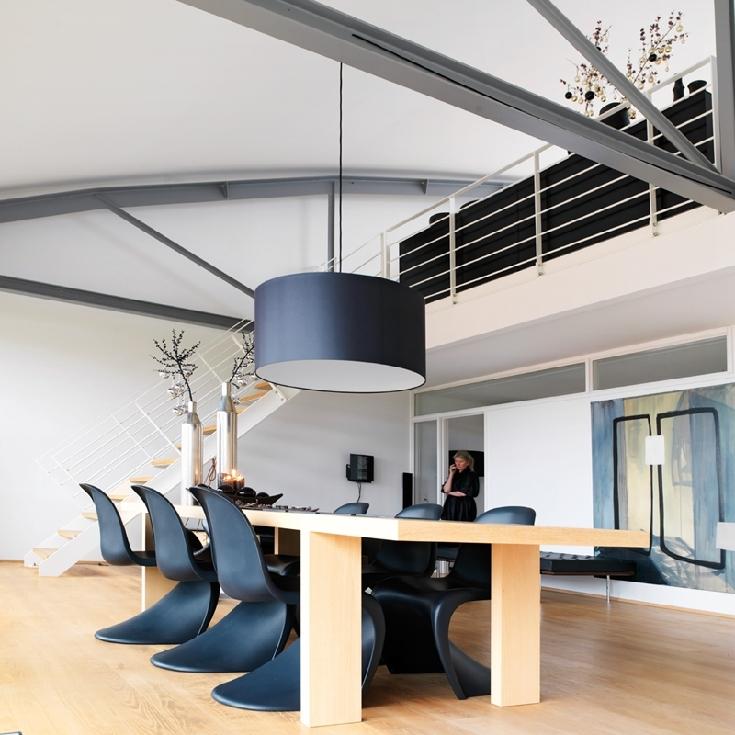 Salle à manger avec des Panton Chair noires
