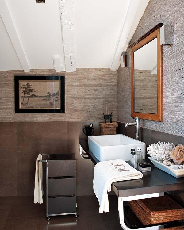 Une salle de bain belle et fonctionnelle