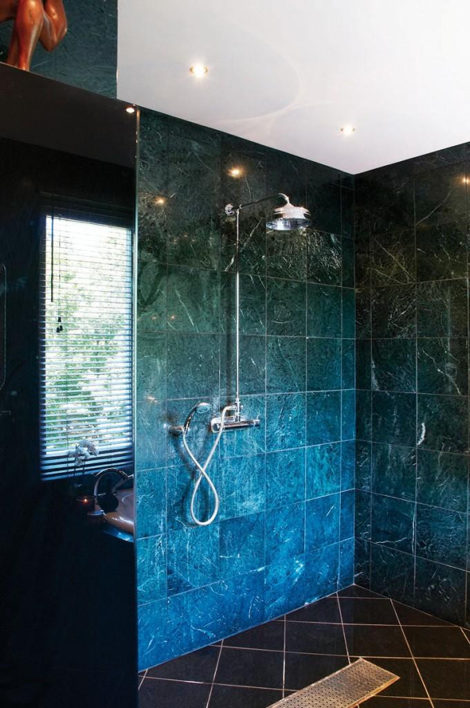 Salle de bain noire très chic