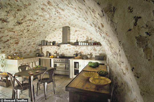 Murs et plafond voûtés pour cette charmante cuisine