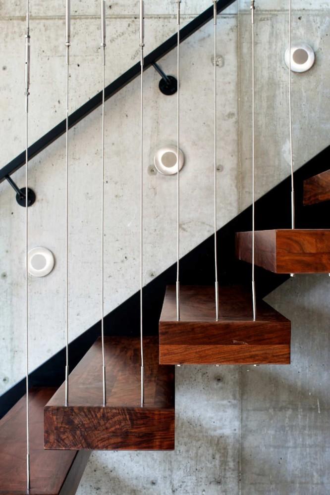 Mélange de matériaux pour cet escalier contemporain