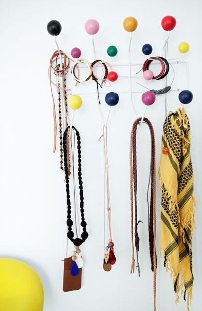 Détails de la décoration : le porte-manteaux Eames