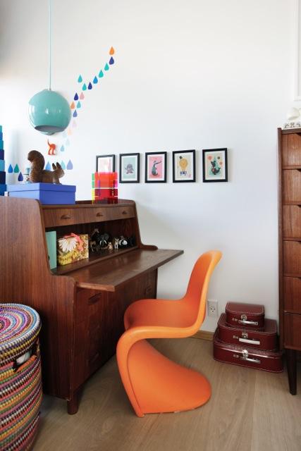 Une Panton chair coloré pour cette jolie chambre d'enfant