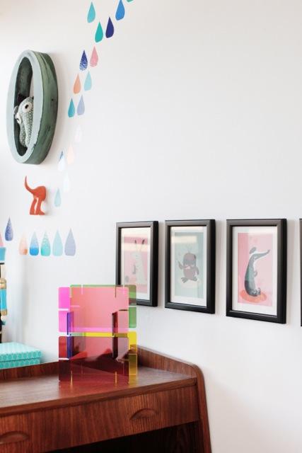 De jolies affiches apportent une touche de couleur aux murs