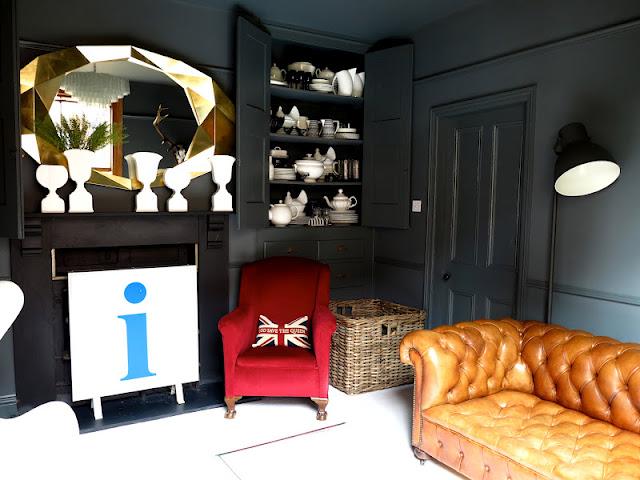Le petit salon, teinté de gris, de blanc, de doré et de couleurs vives
