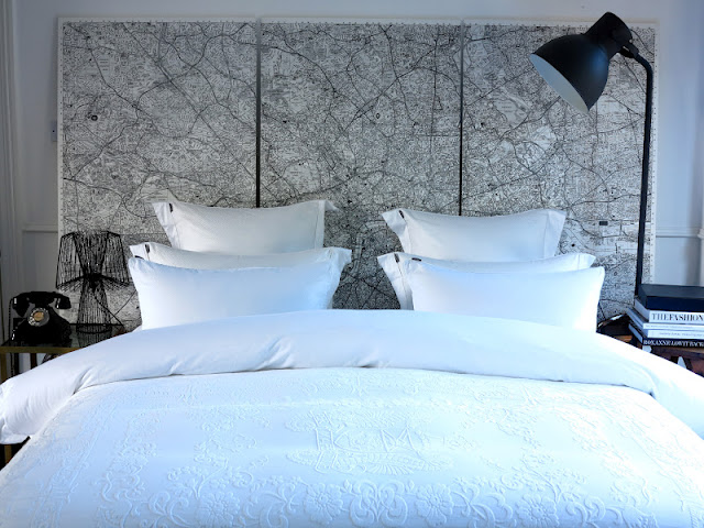 Dans la chambre, une vieille carte sert de tête de lit