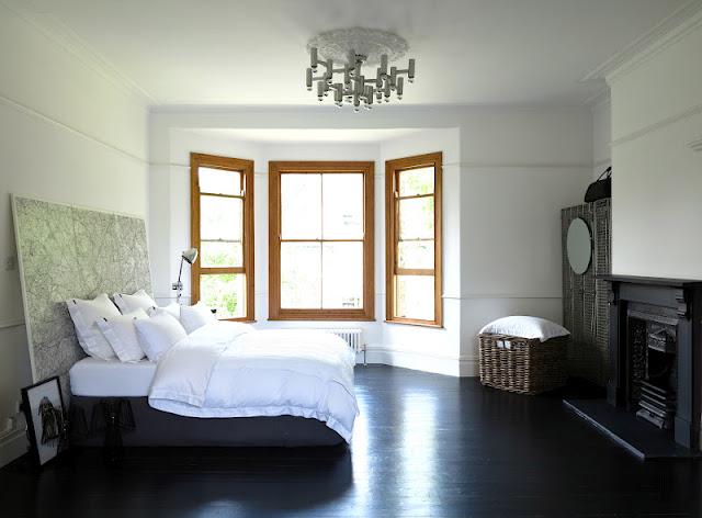 Parquet et cheminée noir pour la chambre