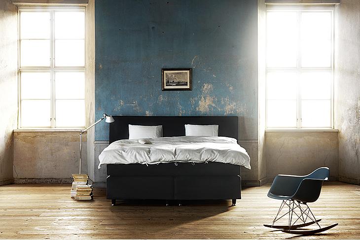 Chambre bleue avec fauteuil Eames