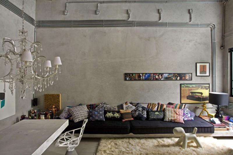 Les murs et le sol du séjour sont en béton ciré