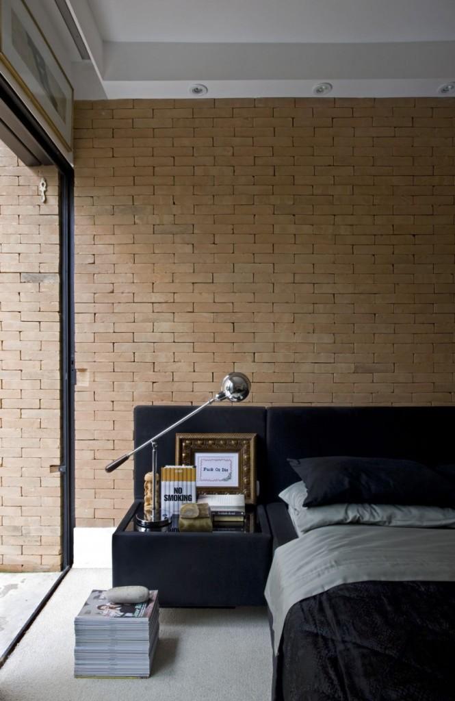 La chambre et son mur en briques rouges