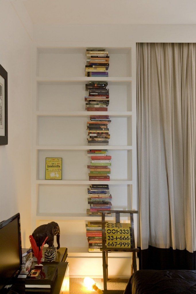 Le coin bibliothèque de la chambre