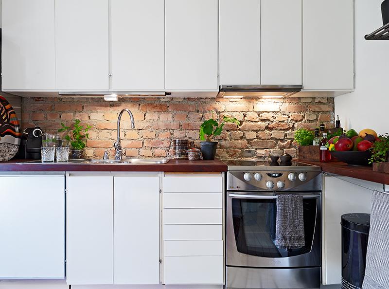 La cuisine et son mur en briques rouges