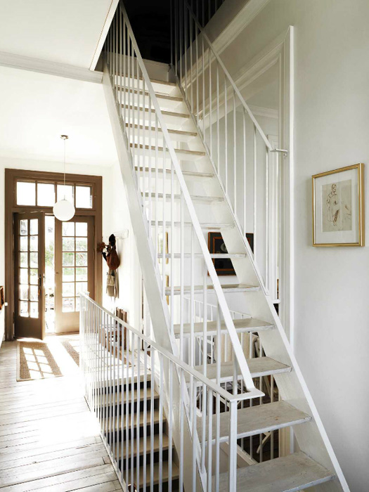 L'entrée de l'appartement et son escalier très aérien