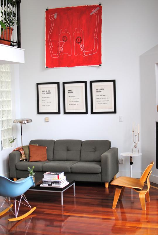 Canapé gris, chaise Eames et parquet en bois massif