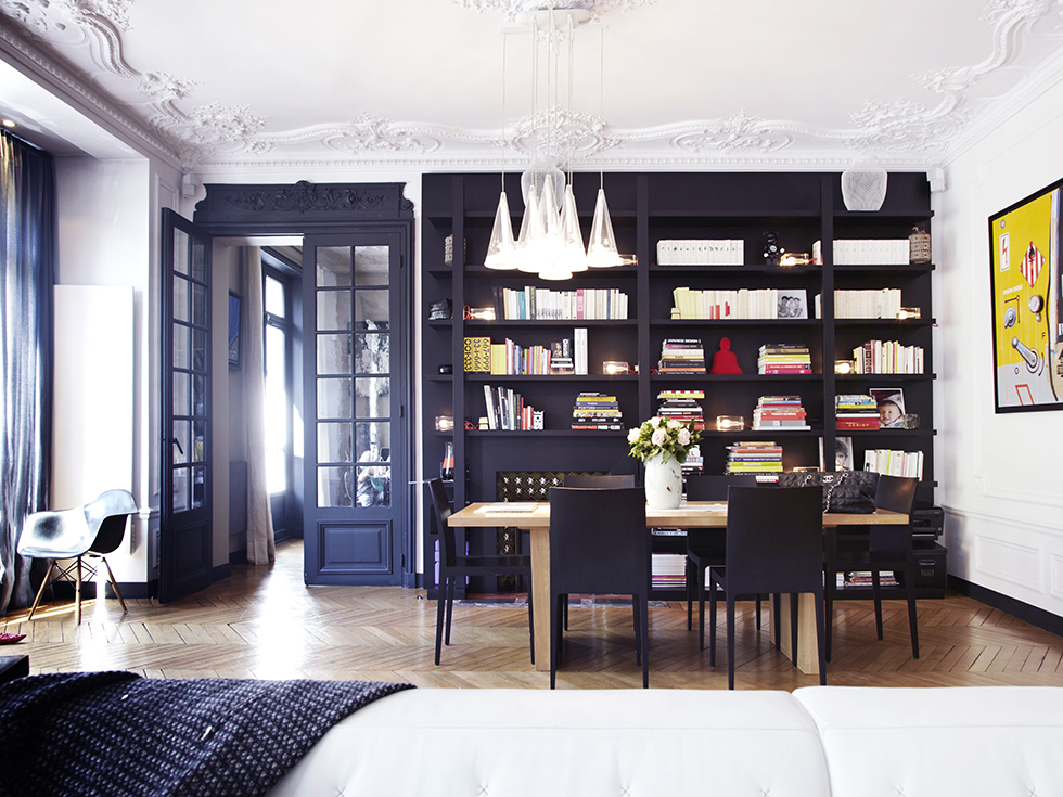 Un int rieur parisien so chic frenchy fancy - Decoration bibliotheque murale salon ...