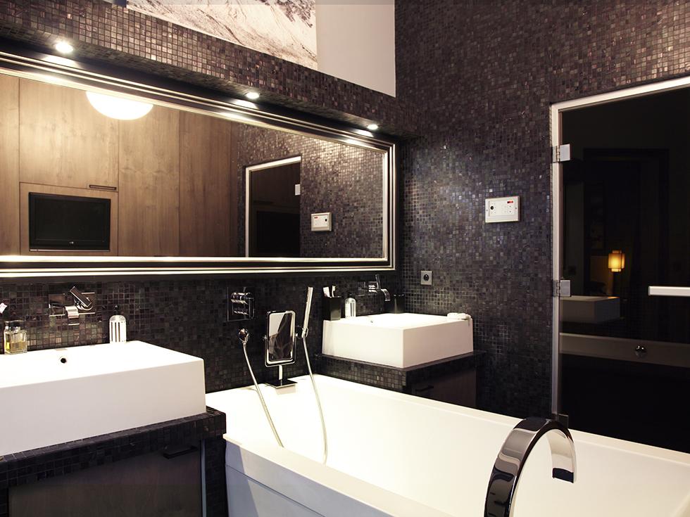La salle de bain en mosaïque noire
