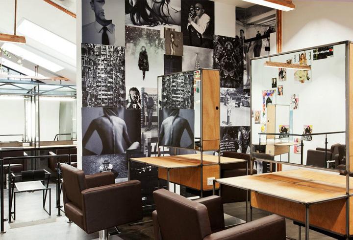Un mur recouvert de photos en noir et blanc