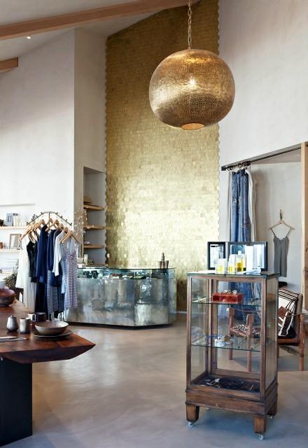 La boutique et son mur en écailles de laiton