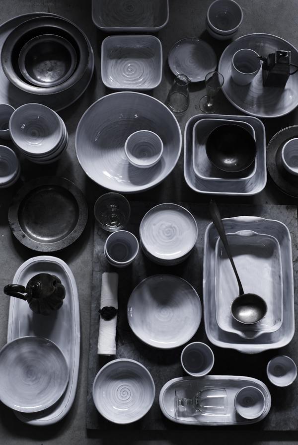 Vaisselle dans les tons gris