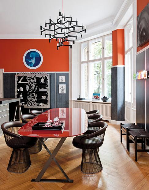 La salle à manger, mélange de styles classique et contemporain avec des chaises Warren Platner