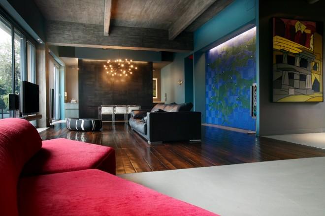 Un intérieur en bleu, en béton et en rouge