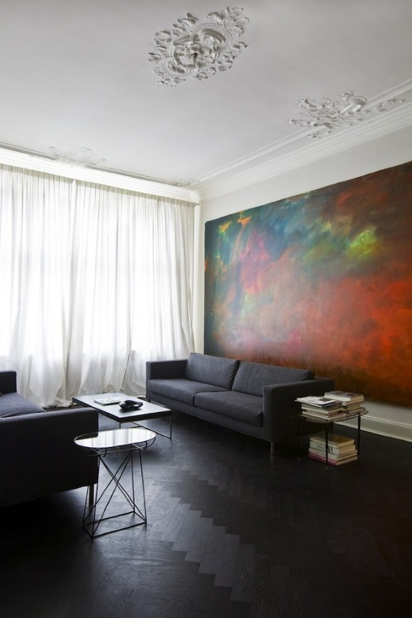 Le séjour est un mélange de gris et de couleurs