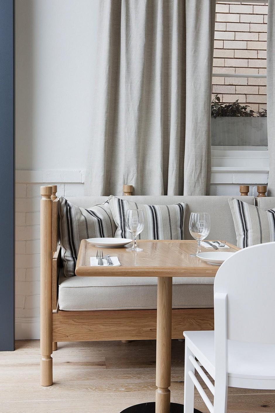 Tissus de lin et mobilier en bois clair