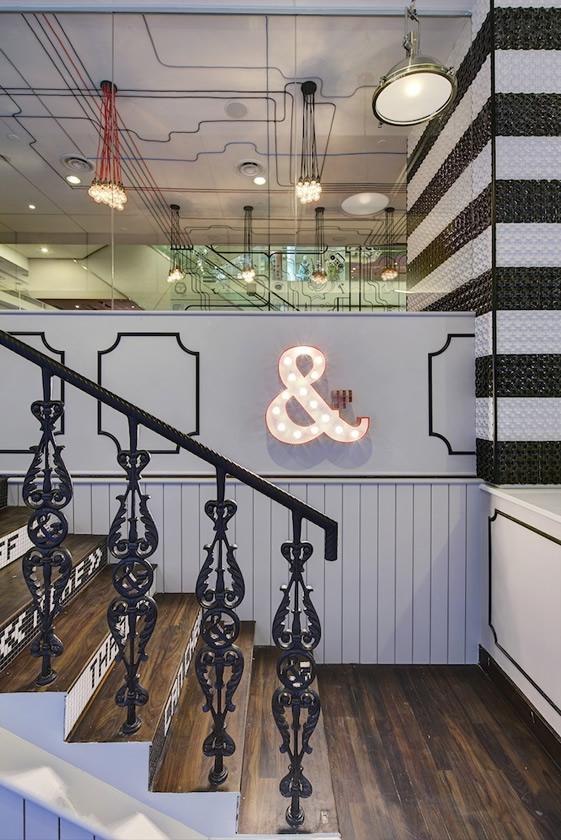 L'escalier en fer forgé nous rappelle l'architecture parisienne
