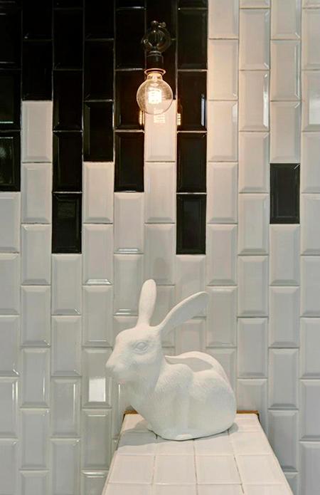 Motif graphique pour ce mur en carreaux de céramique