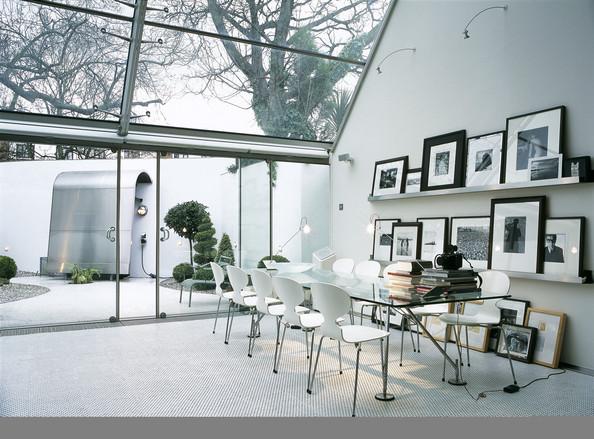 Univers très graphique avec une table de repas en verre et des chaises fourmi signées Arne Jacobsen