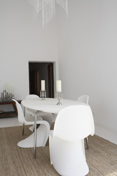 Table ovale et  Panton Chairs