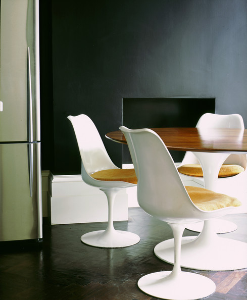 Chaises et table Tulipe signées Eero Saarinen.