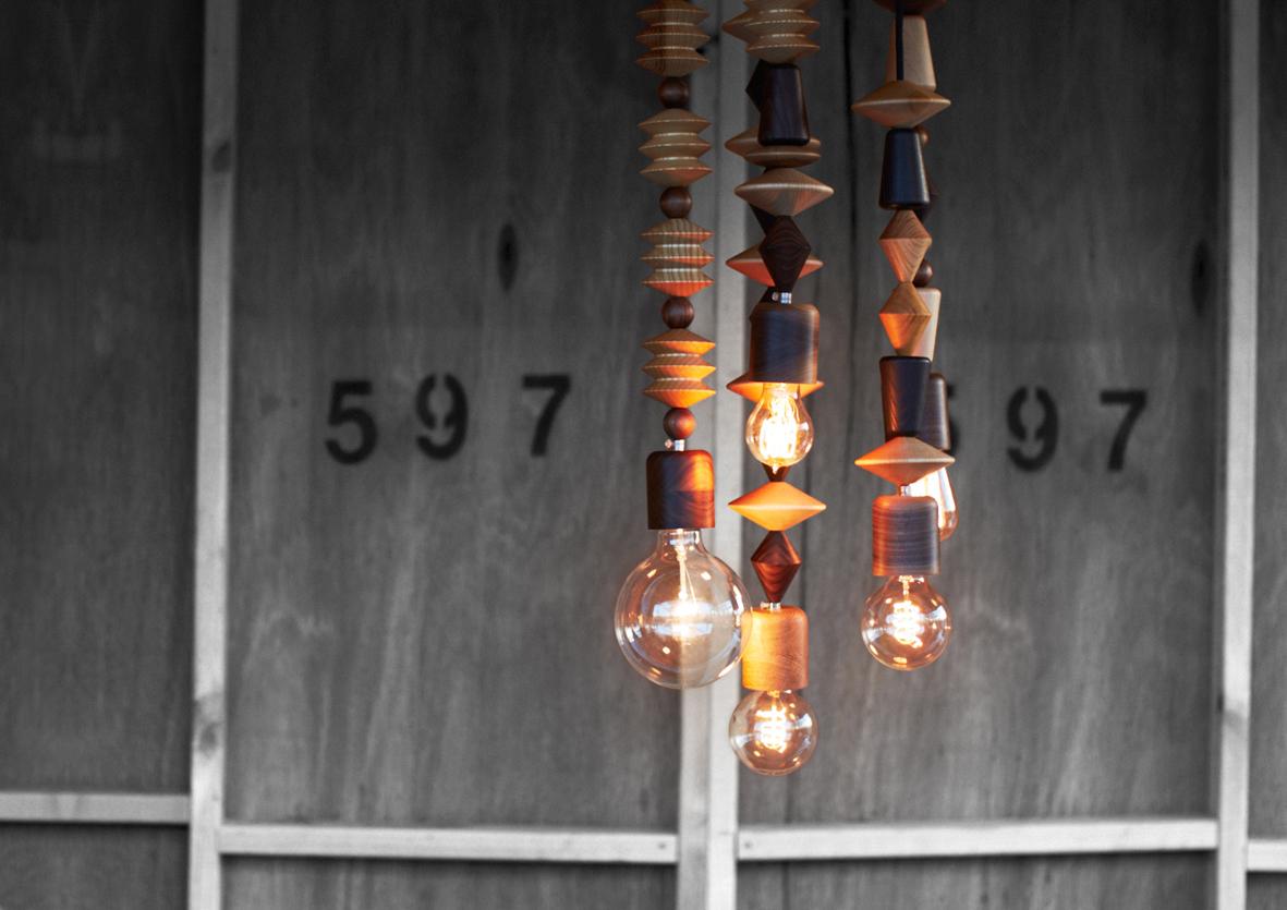 tendance la suspension en perles de bois frenchy fancy. Black Bedroom Furniture Sets. Home Design Ideas