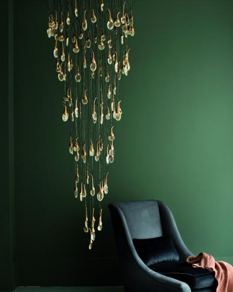 Mur vert émeraude et lustre doré