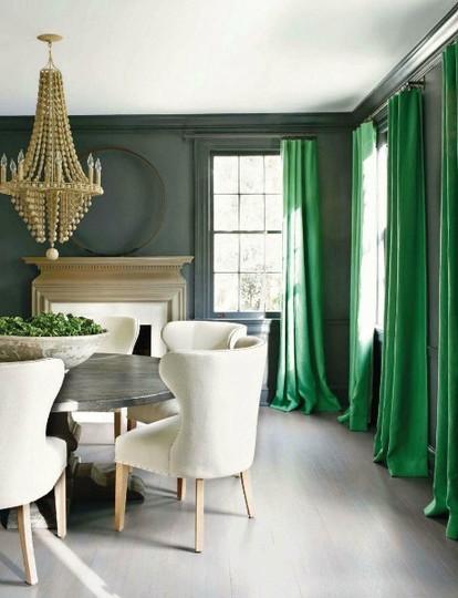 Très lumineuse, cette salle à manger joue avec deux teintes de vert
