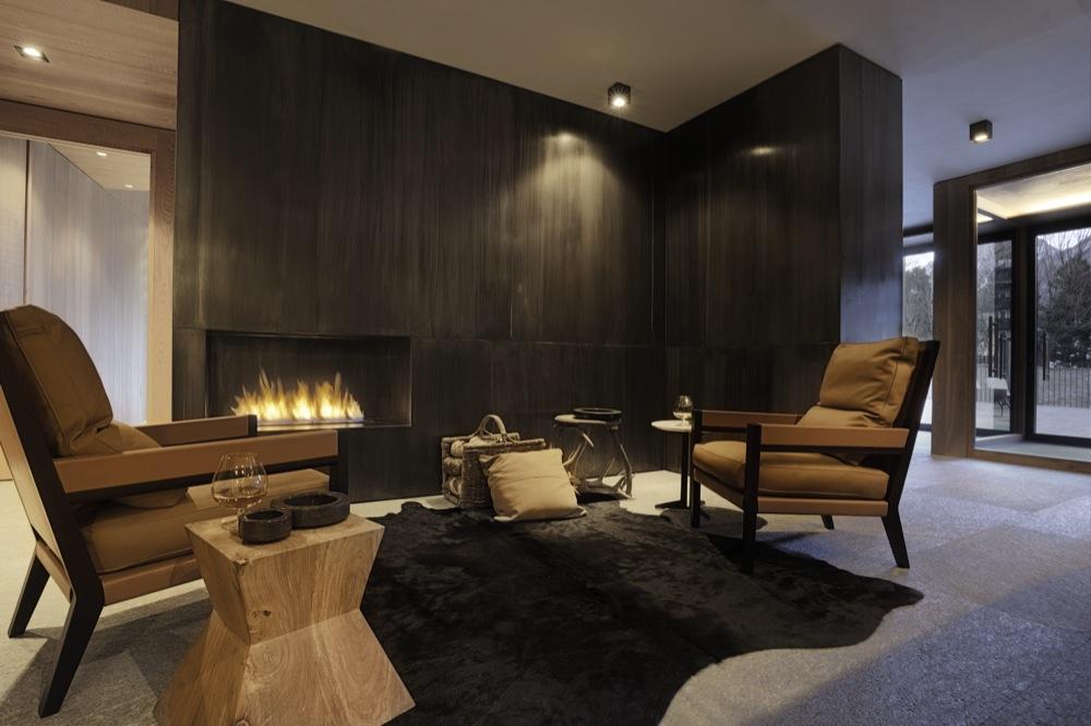 Coin chaleureux avec cheminée et fauteuils en cuir