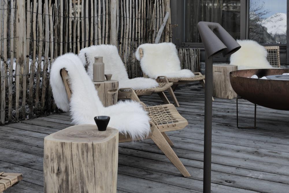 Terrasse extérieure et fauteuils avec peau d'agneau