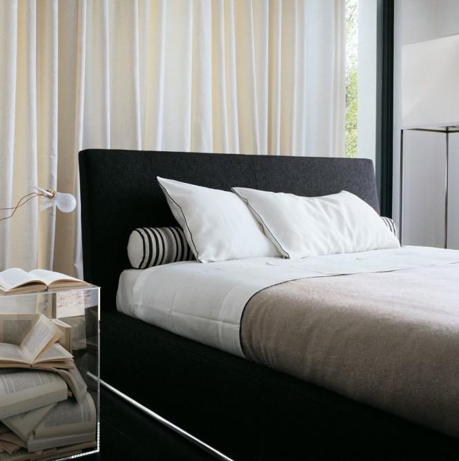 La chambre, sobre, épurée, chic et intemporelle. Lampe Lucinello de Ingo Maurer