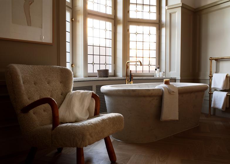 Baignoire en marbre et robinetterie dorée
