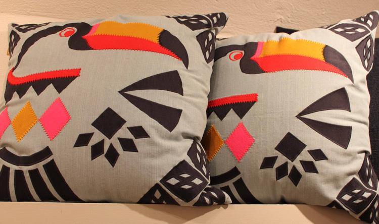Coussin motifs géométriques toucan