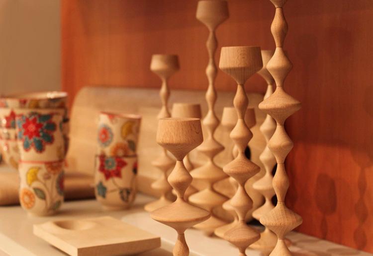Bougeoirs en bois sculpté