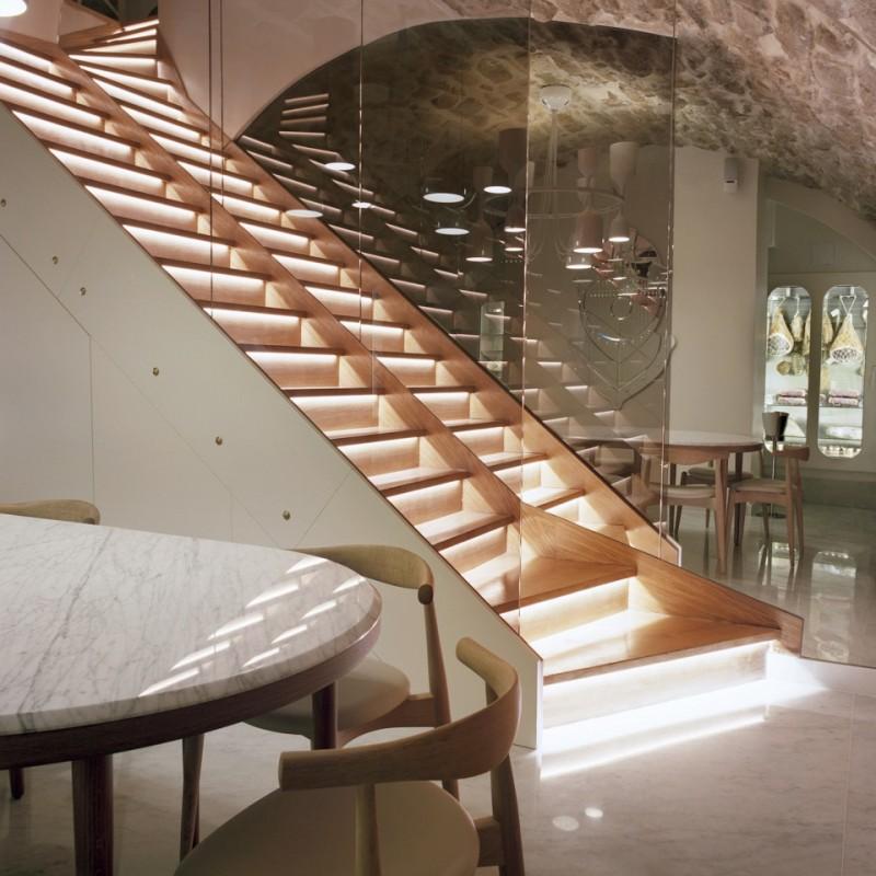 Escalier rétro éclairé et garde corps en verre
