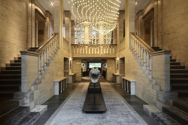 L'entrée et son luminaire monumental