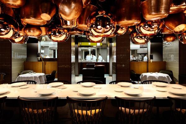 Le restaurant et ses suspensions en cuivre Tom Dixon